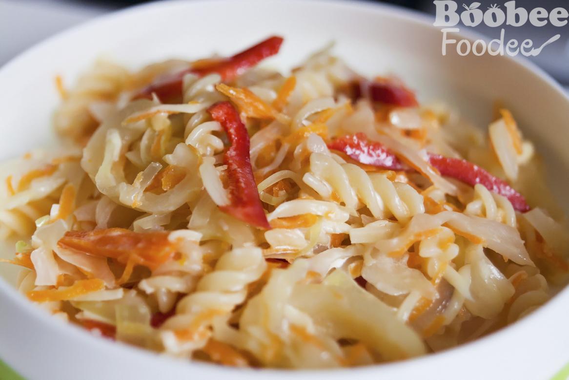 Fina zeljnata solata s korenčkom, papriko in svedrčki