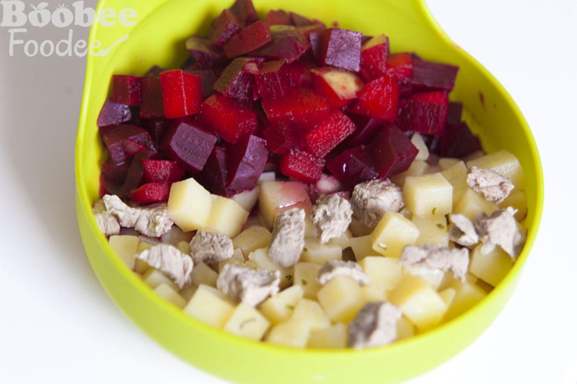 teletina s kuhanim krompirjem in drobnjakom, rdeca pesa z jabolkom_wm