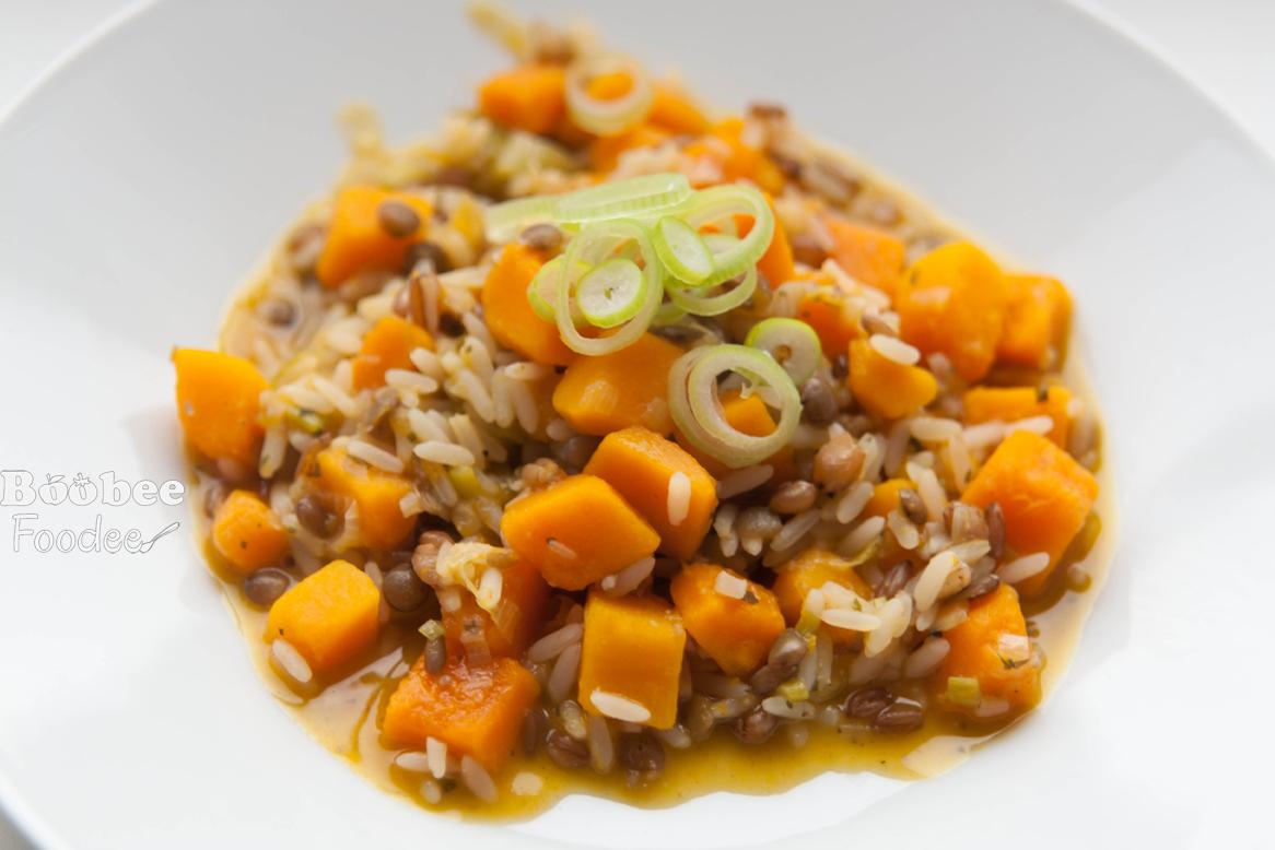 Žitna rižota z bučo in mlado čebulico