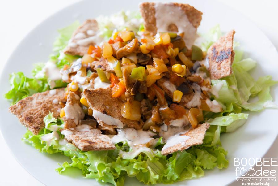 Poletna mehiška piščančja solata s polnozrnatim čipsom