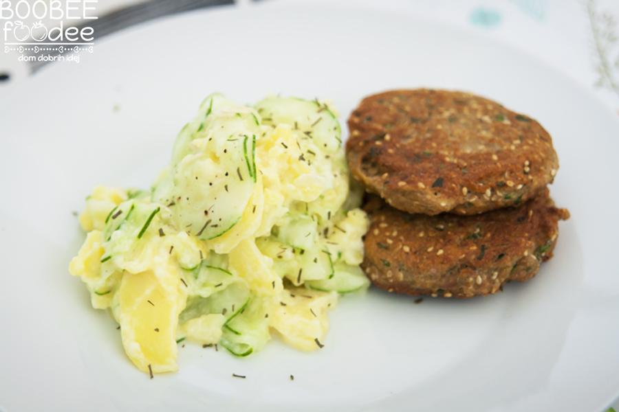 Lahka kumarična solata s tuninimi burgerčki