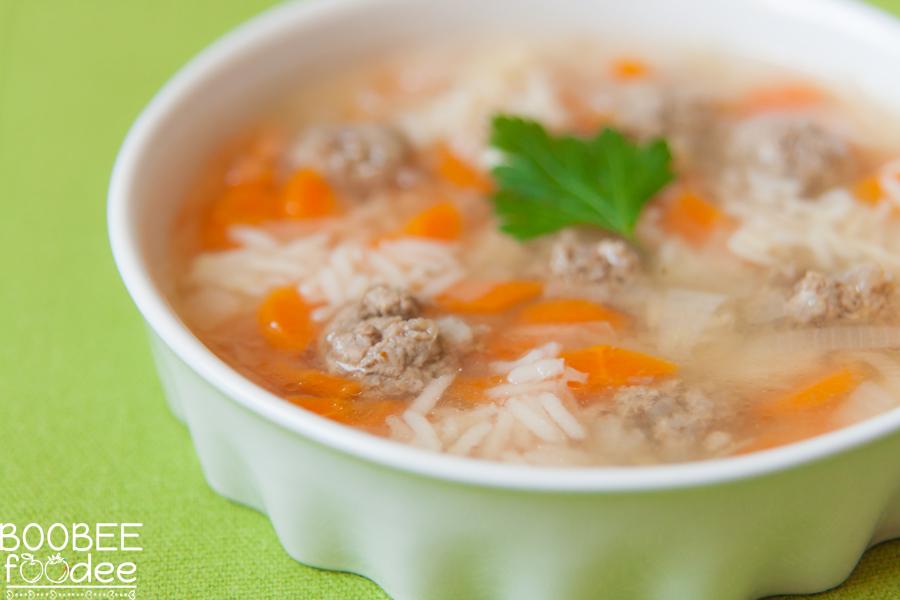 Porova juha s korenčkom, rižem in mesnimi kroglicami