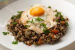 Črna leča z rižem in jajcem